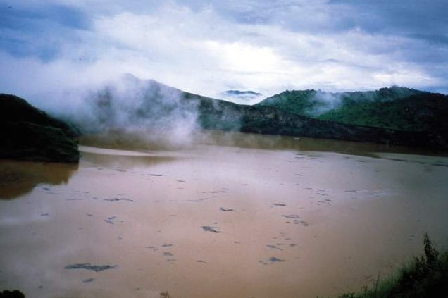 尼奥斯湖是火口湖